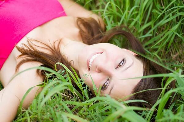 自然体で笑う女性