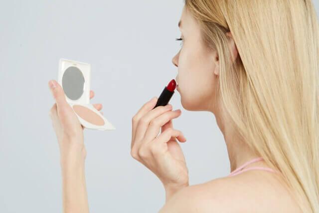 リップを塗る女性